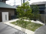 デッキとグリーンの憩いの庭